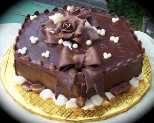 41281-cakes-chocolate-cake-with-chocolate-rose1