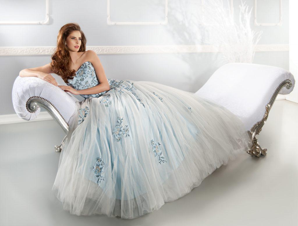 فساتين زفاف فرنسية ملونة مطرزة
