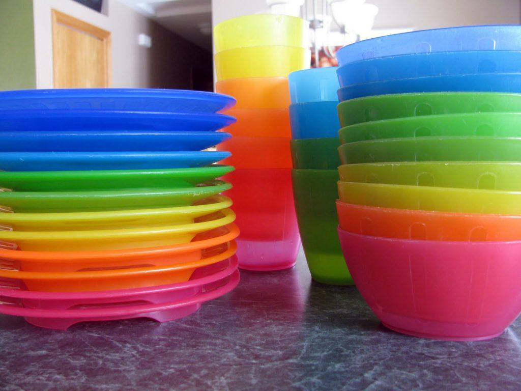 اطباق بلاستيك لعرايس ملونة