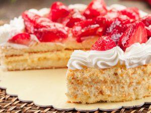 www.fatakat-ar.com كيك الفروالة_strawberry-cake-with-cornflakes-1