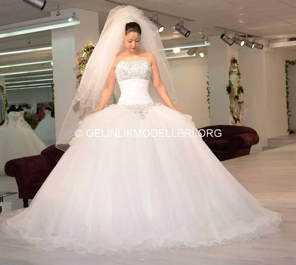 4eeae213b موديلات فساتين زفاف منفوشة 2015